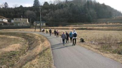 田んぼの中の道をノルディック・ウォーキング